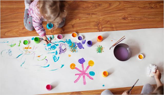여자아이가 그림을 바닥에 그림을 그리고 있는 모습
