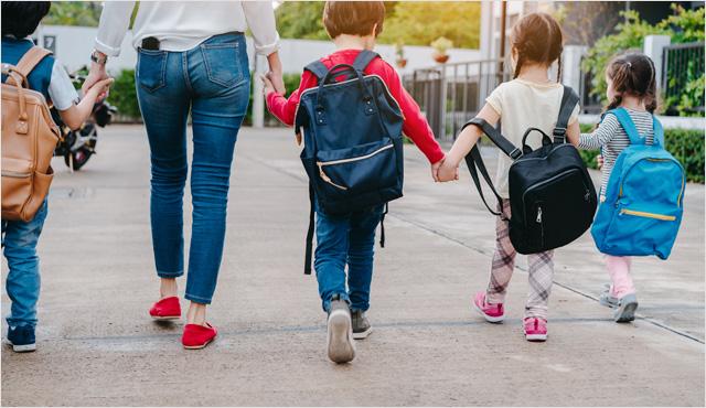 어린아이들 손잡고 유치원가는 모습